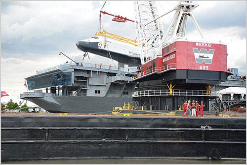 Enterprise a punto de tomar contacto con la cubierta del Intrepid - collectSPACE.com / Ben Cooper / Robert Z. Pearlman