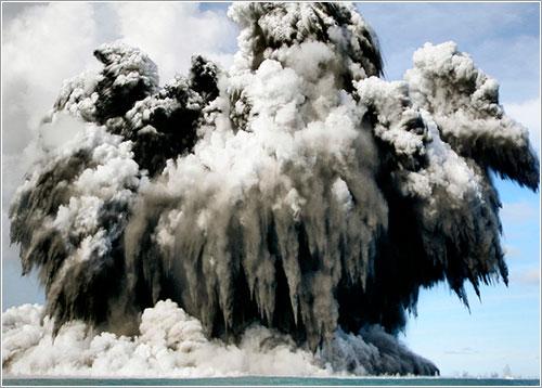 Volcan en erupción en Tonga