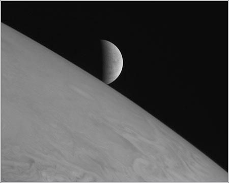 Europa saliendo tras Júpiter © NASA/Johns Hopkins University Applied Physics Laboratory/Southwest Research Institute