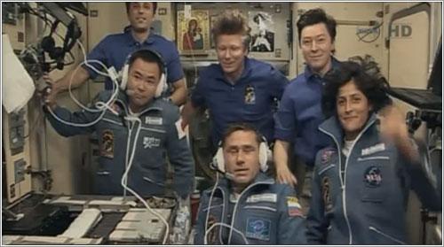 Los miembros de la Expedición 32 saludan a técnicos y familiares en tierra