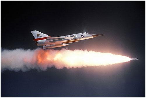 Un F-106 lanzando un Genie