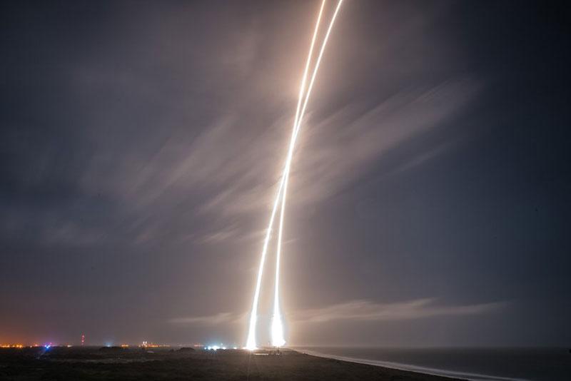 Foto de larga exposición del lanzamiento y el aterrizaje