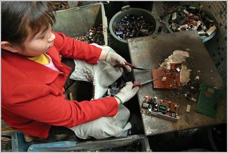 Fundiendo placas para extraer metales valiosos © Natalie Behring / Foreign Policy