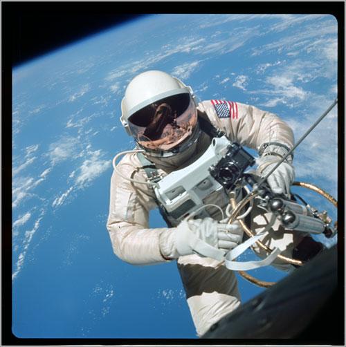 Ed Whte en el primer paseo espacial de la NASA -