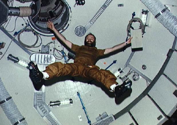 Gerald Carr flotando en caída libre
