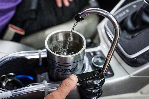 Un grifo en el coche para aprovechar el agua que produce el aire acondicionado