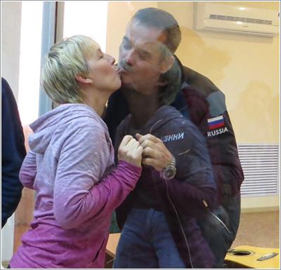 Hadfield despidiéndose de su esposa