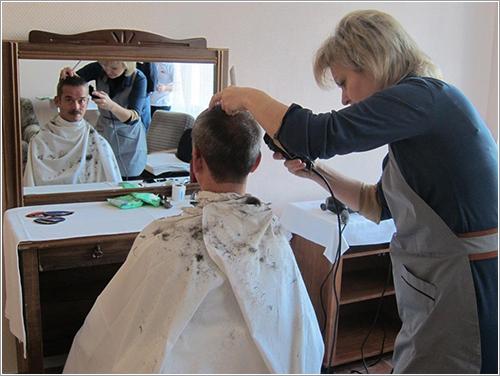 Hadfield cortándose el pelo