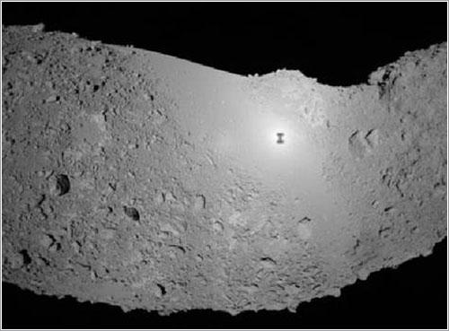 La sombra de la sonda sobre el asteroide Itokawa - ISAS/JAXA