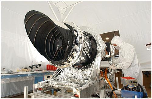 Un técnico prepara la HiRISE - NASA/JPL/Ball Aerospace