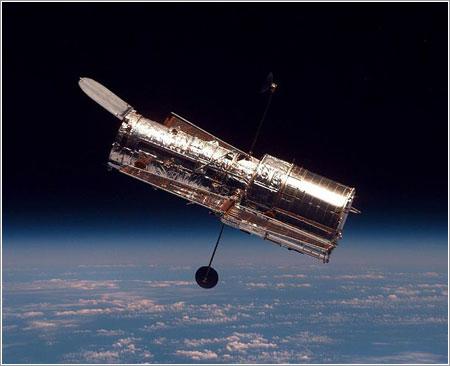 Hubble visto desde el Discovery / NASA