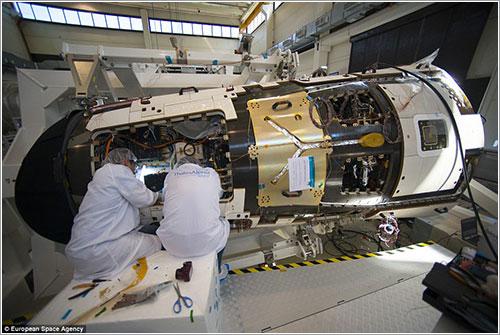 Técnicos de la ESA preparando el IXV para su lanzamiento