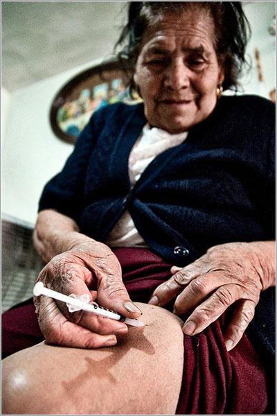 Una paciente inyectándose insulina