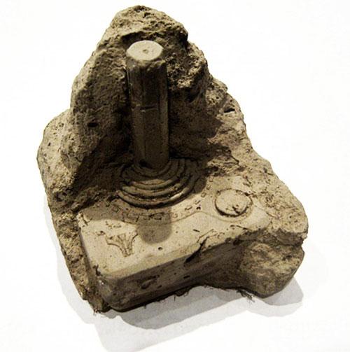 Joystick fósil por Christopher Locke