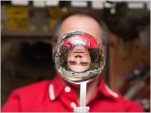Kevin Ford y la esfera de agua