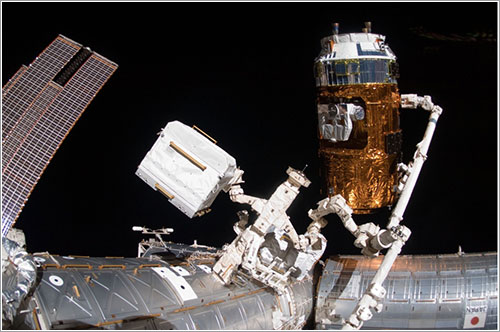 El Kounotori 3 capturado por el brazo robot de la ISS - NASA
