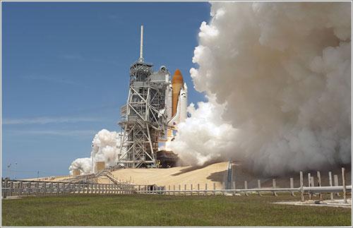 Atlantis despegando en la misión STS-132 - NASA