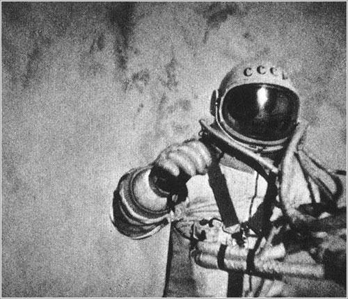Leonov durante su paseo espacial