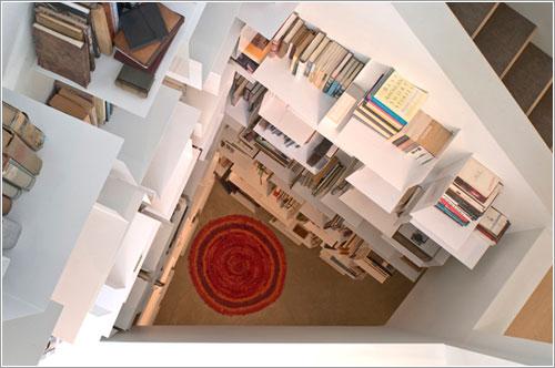 Libreria en el hueco de una escalera