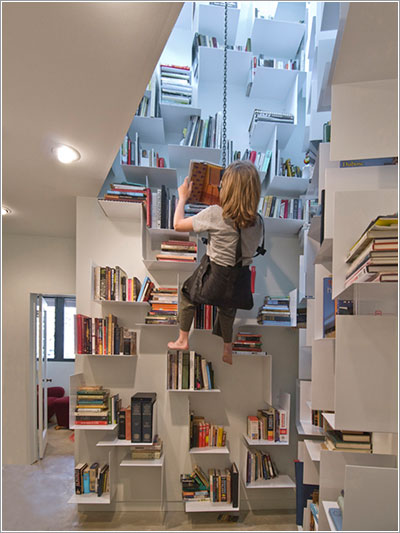 Una librera en el pozo de una escalera Microsiervos Arte y Diseo