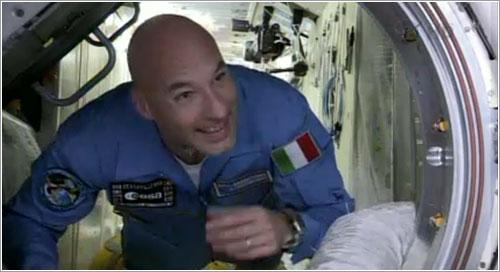 Luca Parmitano entrando en la Estación Espacial Internacional