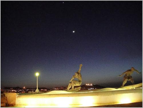 Luna, Júpiter, Venus y surferos por Pablo Becerra