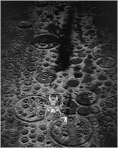 El Lunar Landing Research Facility en uso por la noche