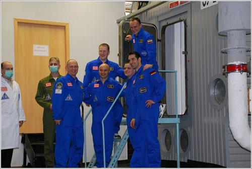 Los voluntarios a punto de entrar en las instalaciones - ESA