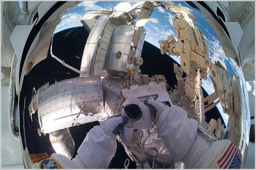 Mike Fossum durante la misión STS-135 - NASA