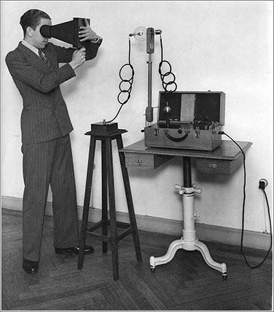 Mónico Sánchez y su aparato portátil de rayos x