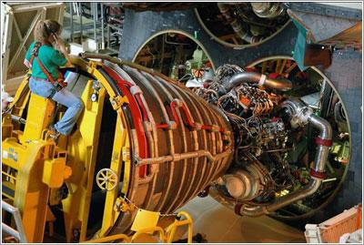 Instalación de un motor en un transbordador espacial