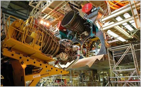 Instalación de los motores en un transbordador espacial