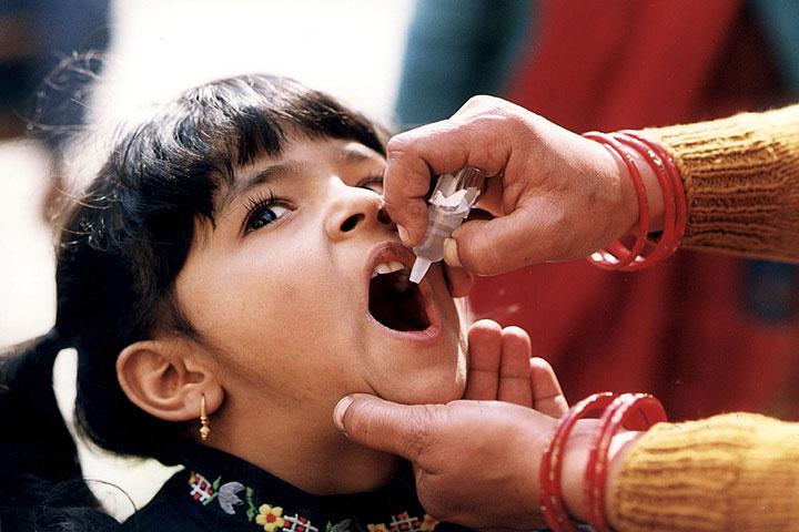 Niña recibiendo una vacuna