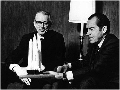 El presidente Nixon con una maqueta del STS - NASA