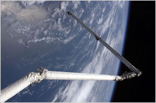 El OBSS al extremo del brazo robot del Discovery - NASA