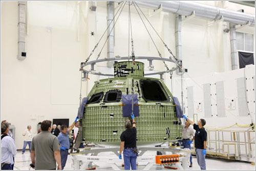 La Orión EFT-1 siendo descargada en el KSC - NASA