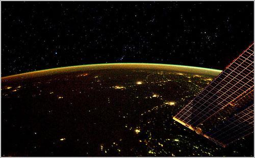 La Tierra de noche con Orión al fondo