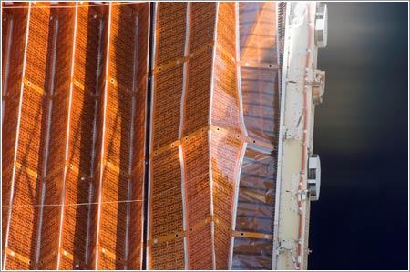 Paneles solares del segmento P6 en proceso de plegado © NASA