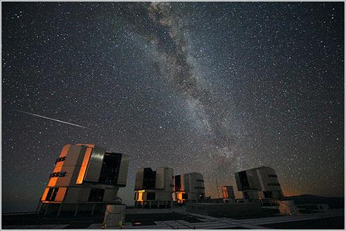 Las Perseidas de 2010 sobre el VLT - ESO/S. Guisard