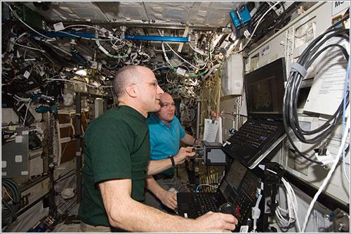 Pettit y Kuipers entrenándose para la llegada de la Dragon - NASA