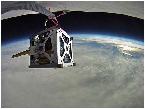 Un PhoneSat durante unas pruebas en un globo