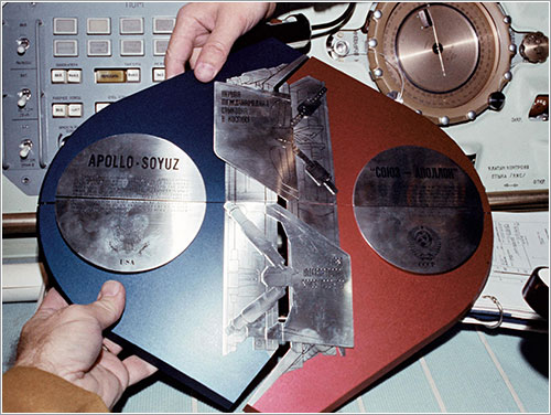 Placa conmemorativa del ASTP - NASA