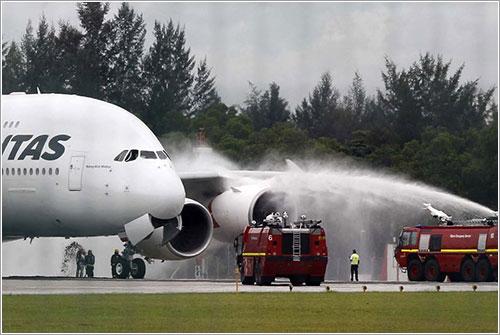 Los bomberos del aeropuerto de Singapur intentando parar el motor número 1