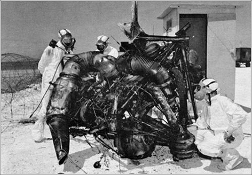 Inspección de los restos de un cohete lanzador tras un intento fallido