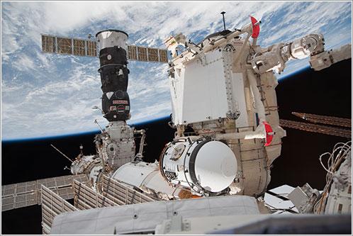 Foto de una cápsula Soyuz acoplada al módulo Rassvet