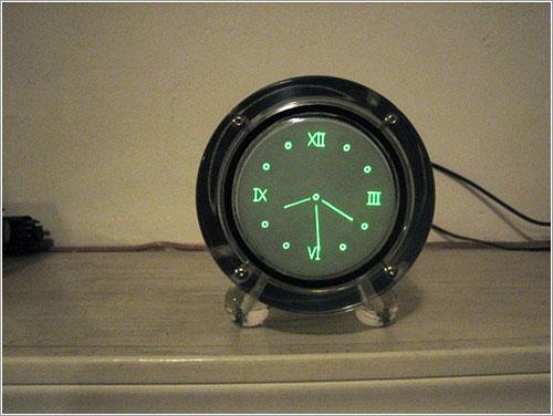 The SCRA Round Scope Clock por David Forbe