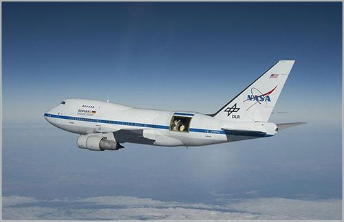 SOFIA en vuelo con la puerta del telescopio abierta