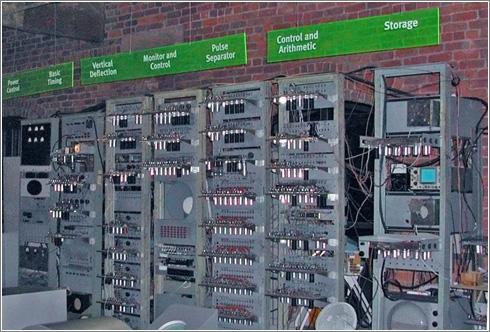 Replica del SSEM (Small Scale Experimental Machine), expuesa en el Museo de la Ciencia y la Industria en Manchester, Reino Unido (PD) Ian Dunster