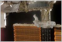 Bob Curbeam y Sunita Williams trabajando en el panel solar del segmento P6 de la ISS © NASA