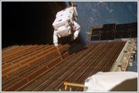 Bob Curbeam trabajando en el panel solar rebelde del segmento P6 de la ISS © NASA